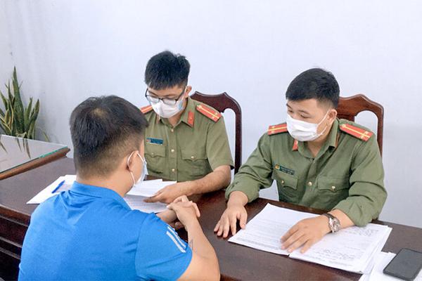 Công an huyện Hoà Vang lập biên bản vi phạm với chủ tài khoản facebook Nguyen Van Thuan. Ảnh: Công an cung cấp.