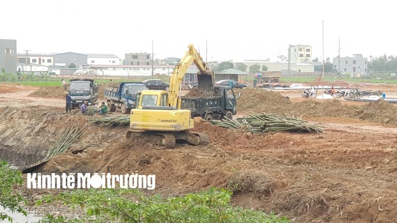 Xe và máy lấy bùn thải từ kè mang đi san lấp mặt bằng dự án, gây ô nhiễm môi trường.