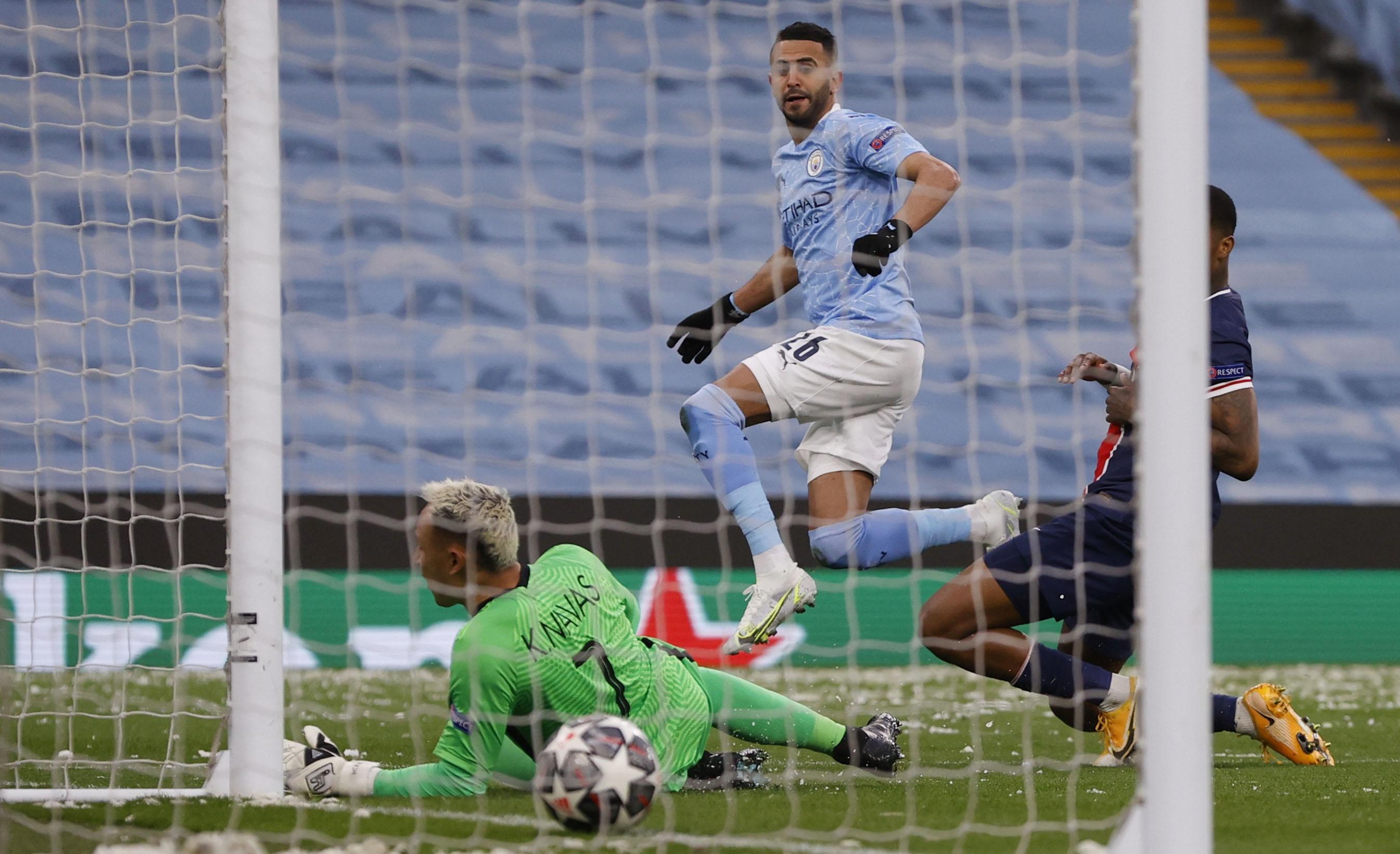 Man City chơi bị động trong quãng thời gian đầu trận, nhưng đây chỉ là cái bẫy của Pep Guardiola. Ảnh: Reuters.