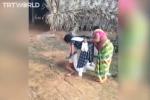 Thảm cảnh đau đớn ở Ấn Độ: Bố nằm lả vì nhiễm Covid-19 không ai dám đến gần, con gái mang cho chút nước cũng bị mẹ ngăn cản quyết liệt