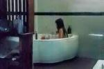 Kiểm tra quán massage, bắt quả tang nữ nhân viên 'tắm tiên' cùng khách