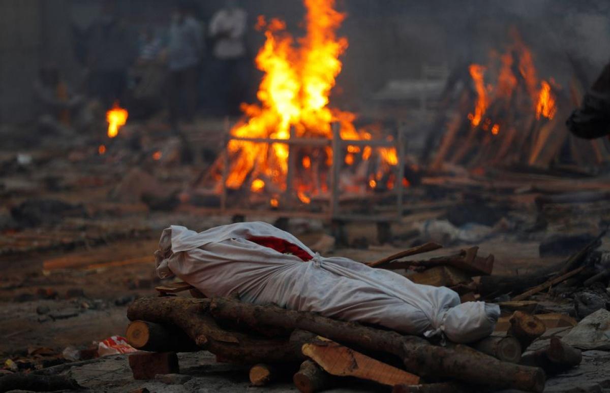 Thi thể người chết vì Covid-19 ở lò hỏa táng tại New Delhi, Ấn Độ. Ảnh: Reuters.