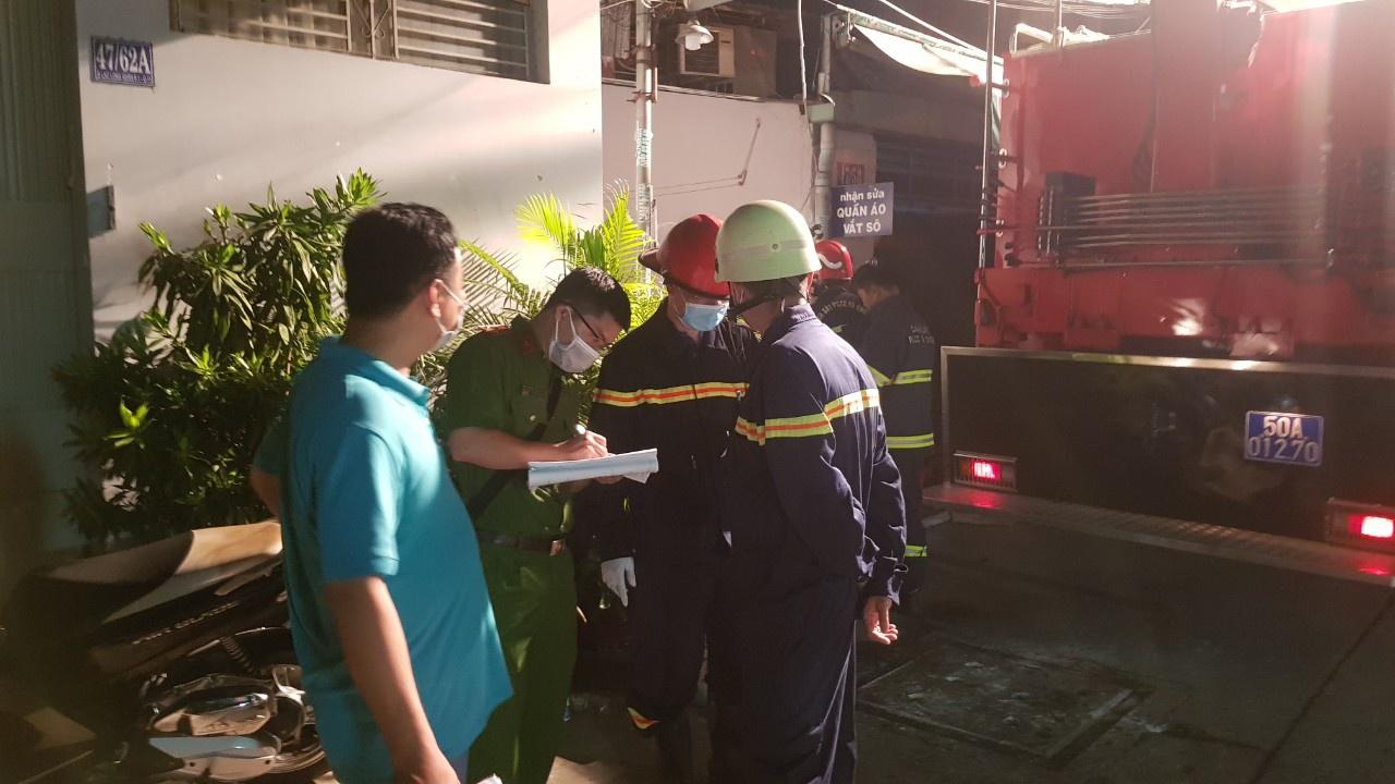 Cảnh sát làm nhiệm vụ tại hiện trường vụ hỏa hoạn. Ảnh: Lê Trai.