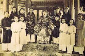 Một công chúa nhà Nguyễn bên con cái và gia nhân