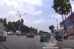 Bị giật điện thoại bất ngờ, nam tài xế đu xe bám theo 2 tên cướp rồi bị kéo lê trên đường