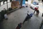 Đứa trẻ trèo lên ôtô nghịch khiến chiếc xe trôi ra đường, nhưng pha xử lý của ông bố sau đó mới gây tranh cãi