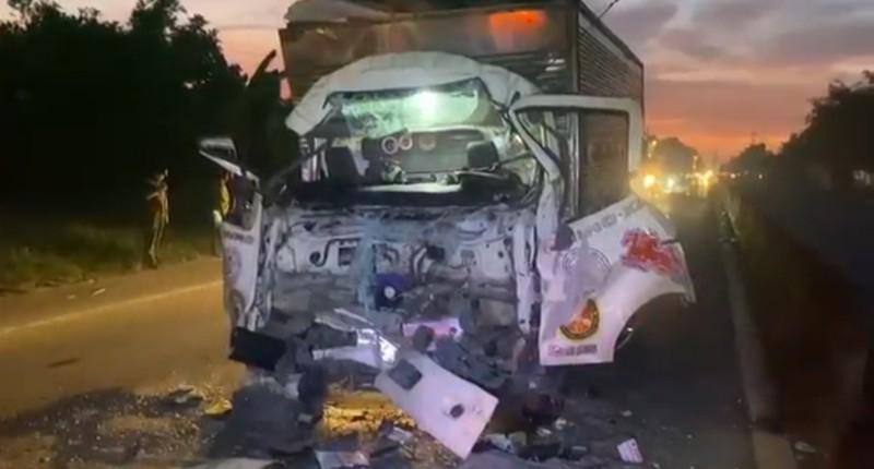 Cú tông mạnh làm cabin xe tải bẹp dúm, 2 người thương vong.