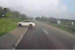 Phóng tốc độ kinh hoàng, ôtô 7 chỗ 'dift' trúng gốc cây bên đường, bẹp dúm