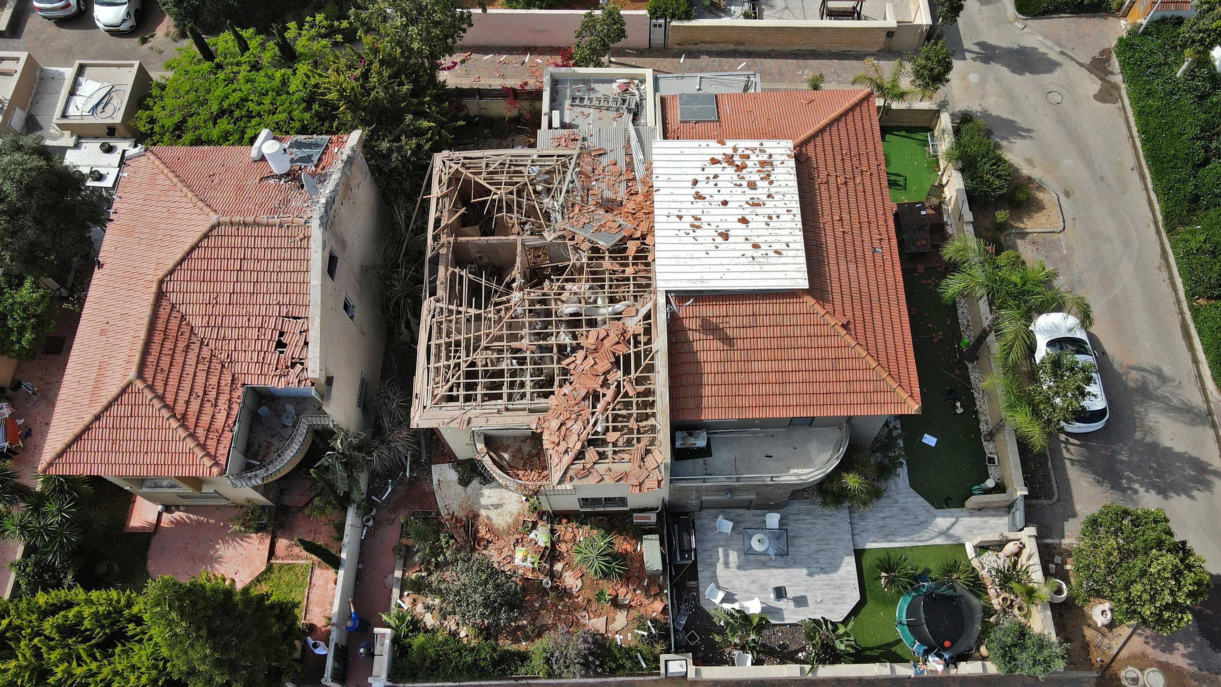 Một ngôi nhà bị hư hại do tên lửa tại thành phố Ashkelon. Ảnh: AFP.