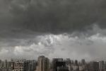 Cảnh báo mưa dông trên diện rộng kèm lốc, sét và gió giật mạnh tại khu vực Hà Nội