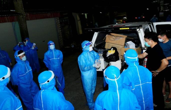 Ngay sau khi xuất hiện ổ dịch mới chưa rõ nguồn lây, ngành y tế tỉnh Hà Nam đã được huy động tới xã Công Lý để lấy mẫu xét nghiệm, phòng chống dịch Covid-19. Ảnh: T.H.