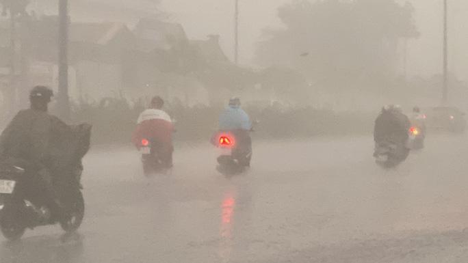 Một số phương tiện di chuyển khó khăn khi mưa kèm theo gió to.