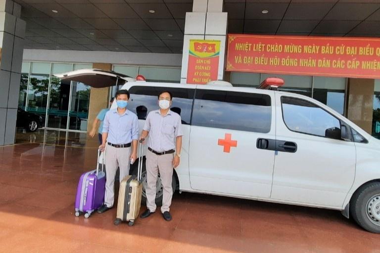 Hai nhân viên y tế của Bệnh viện Bệnh Nhiệt đới Trung ương được cử đến Bắc Ninh hỗ trợ. Ảnh: BVCC.