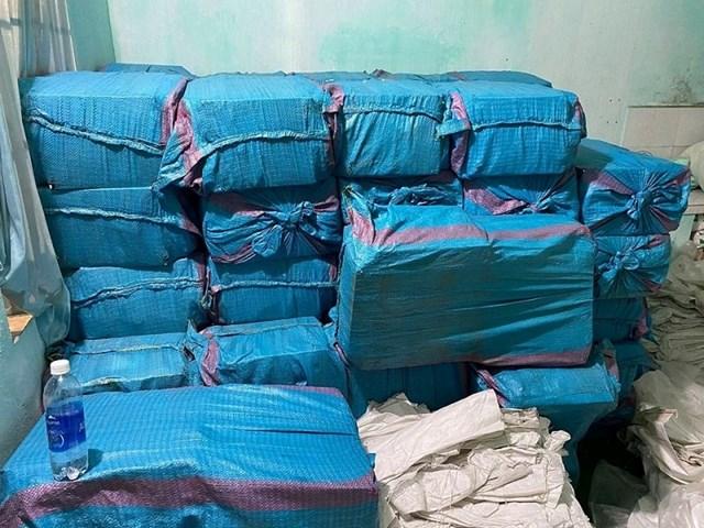 Lực lượng Công an thu giữ nhiều bao thuốc lá lậu.