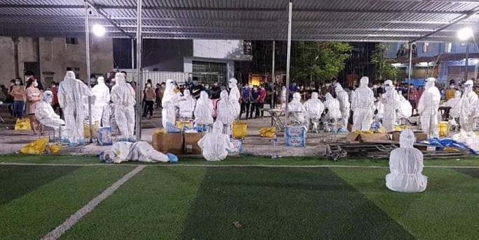 Các y, bác sĩ và sinh viên của trường Đại học Y tế kĩ thuật Hải Dương xuyên màn đêm lấy mẫu xét nghiệm tại thôn Núi Hiểu - Ảnh: Đình Hiếu.
