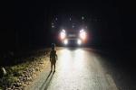 Chạy xe lúc nửa đêm, tài xế run lẩy bẩy phát hiện 'nhân vật đặc biệt' trên đường