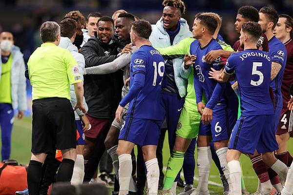Chelsea, Leicester bị phạt