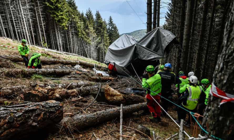 Cáp treo trên núi Mottarone, thị trấn Stresa, Italy, bị đứt vào ngày 21/5, khiến 14 người thiệt mạng. Ảnh: AGP.