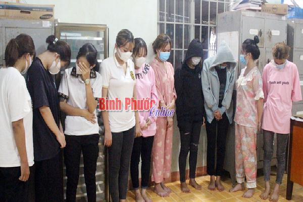 10 cô gái trong vụ cố ý gây thương tích bị Công an huyện Phú Riềng triệu tập lấy lời khai.