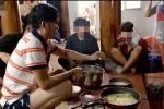 Xuất hiện thêm nghi vấn NS Hoài Linh 'phân thân': Nói đi mổ tuyến giáp nhưng cùng ngày lại đang ở nhà đổ bánh xèo?