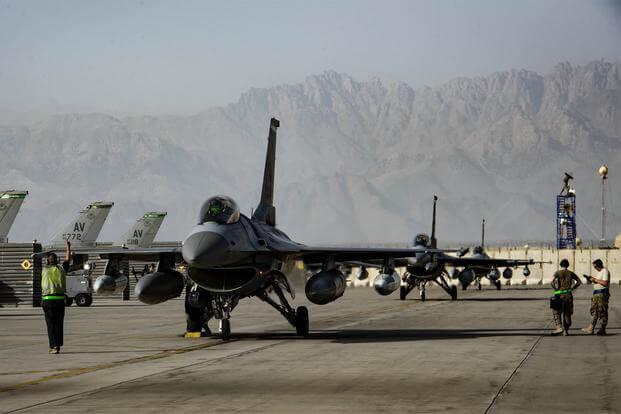 Các máy bay tiêm kích F-16 Fighting Falcon của Không quân Mỹ tại căn cứ sân bay Bagram, Afghanistan..