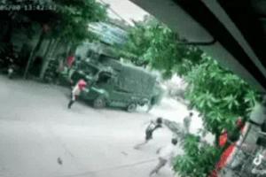 Đâm trúng người đàn ông bên đường, nam thanh niên bị cả khu phố quây đánh
