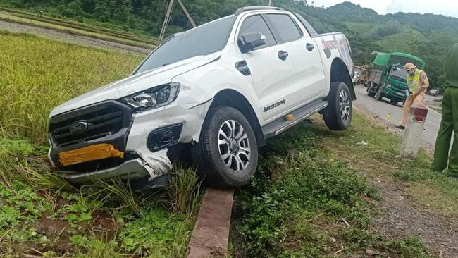 Chiếc xe bán tải bị móp phần đầu bên trái (Ảnh nguồn Mạng giao thông quốc gia)