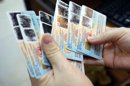 Nếu quy định mới có hiệu lực, người mang giấy tờ tùy thân đi cầm đồ có thể bị phạt 4-6 triệu đồng. Ảnh minh họa: N.H.