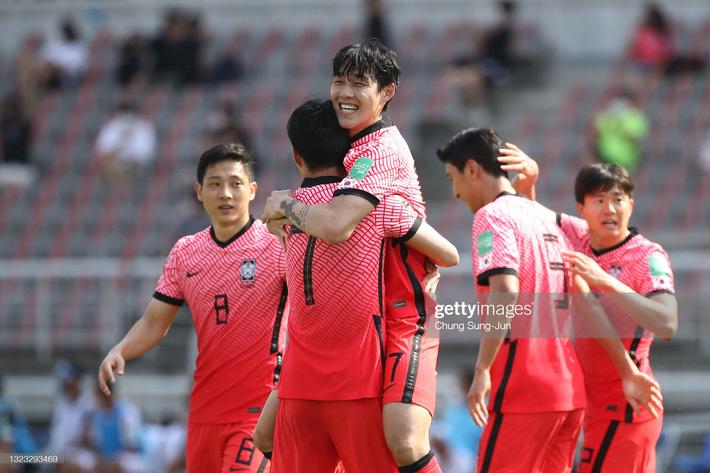 Song Min-kyu ăn mừng bàn thắng cho ĐT Hàn Quốc