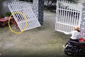 Chiếc cổng sắt bất ngờ đổ sập, đè trúng 2 bé gái
