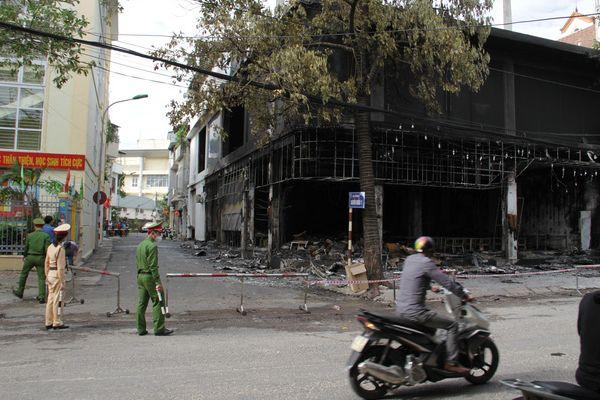 Vụ cháy khiến căn nhà 3 tầng làm nơi kinh doanh phòng trà và cho thuê bị thiêu cháy hoàn toàn.