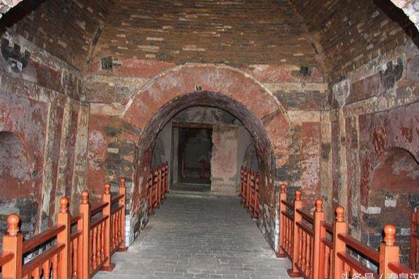 Lối vào bên trong lăng mộ của hoàng đế Nam Đường. (Ảnh: Kknews).
