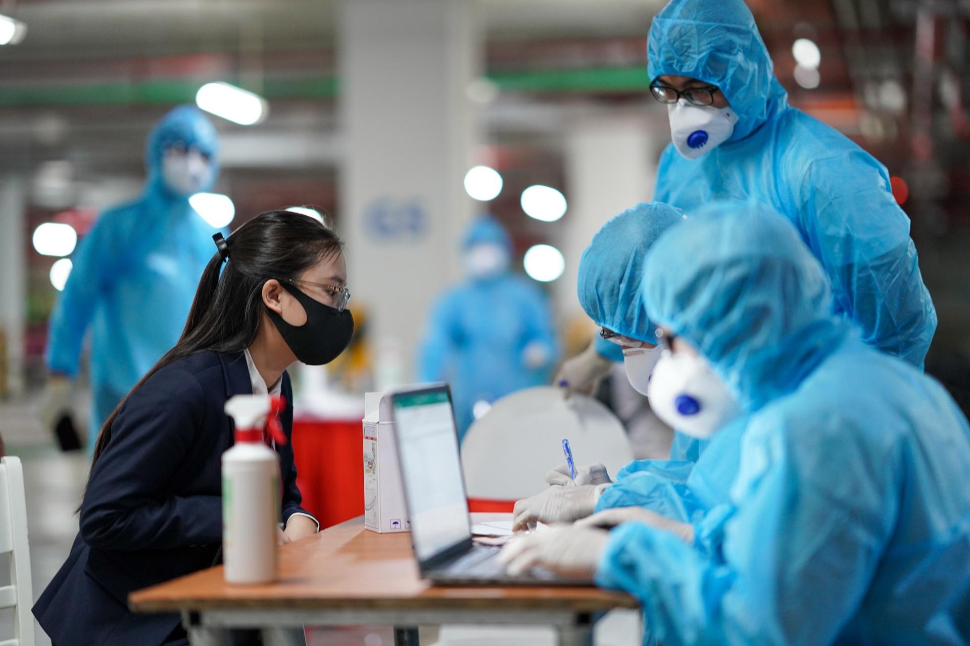 Nhân viên y tế lấy mẫu xét nghiệm Covid-19 cho người dân. Ảnh minh họa: Hoàng Giám.