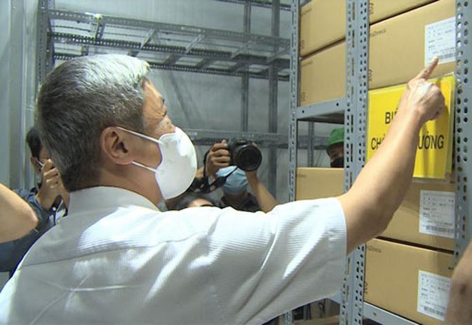 Thứ trưởng Bộ Y tế Nguyễn Trường Sơn kiểm tra công tác bảo quản 836.000 liều vắc-xin Covid-19 tại kho lạnh của Viện Pasteur TP HCM vào chiều 17-6 Ảnh: Hải Yến.