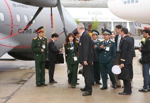 Đoàn BQP Việt Nam tham dự một triển lãm vũ khí ở châu Âu.