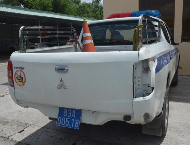 Xe của lực lượng tuần tra bị va chạm hỏng đèn sau bên phải.