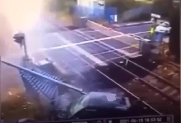 Xe ô tô lao qua rào chắn và gây ra hiện trường kinh hoàng.