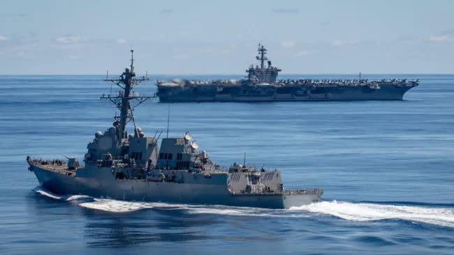 Hai tàu chiến Hải quân Mỹ, gồm USS Dewey (DDG 105) và USS Carl Vinson (CVN 70) di chuyển trên Thái Bình Dương ngày 13/6. Ảnh: USNI.