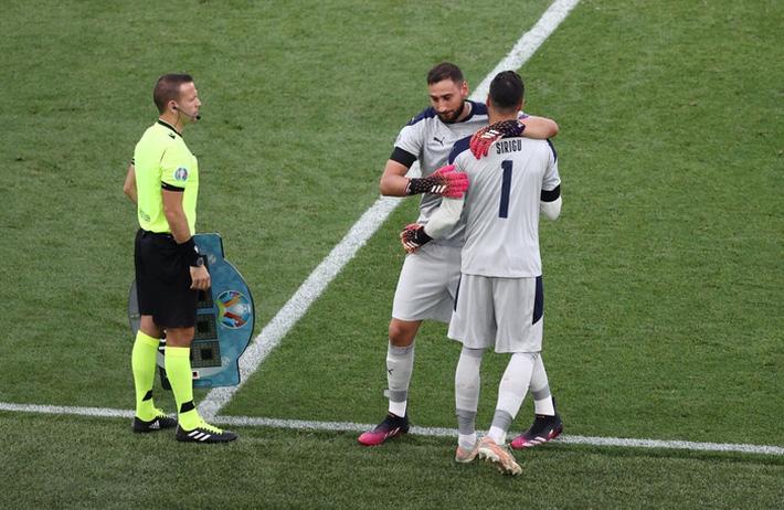 Donnarumma rời sân nhường chỗ cho Sirigu phút 89