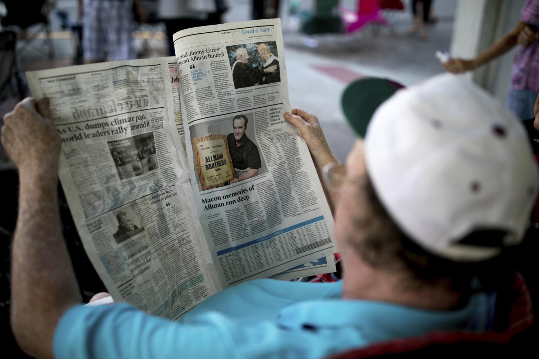 Báo chí chưa bao giờ gặp khó khăn như trong đại dịch Covid-19. Ảnh: AP.