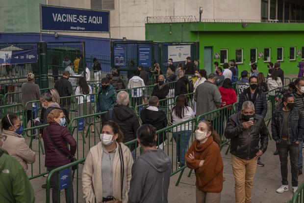 Người dân Brazil xếp hàng đợi tiêm chủng, nhưng chỉ đợi Pfizer.