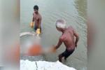 Dịch Covid-19 ở Ấn Độ vẫn chưa thôi ám ảnh: Thi thể còn nguyên ống thở oxy trên miệng cùng loạt xác chết liên tục trôi lềnh bềnh trên sông Hằng
