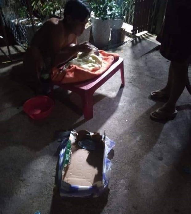 Bé trai sơ sinh bị bỏ rơi bên vệ đường.