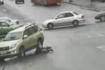 Video: Đi bộ qua đường, người phụ nữ bị ôtô chèn 2 lần lên người