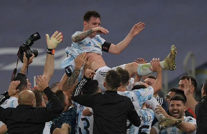Messi được các đồng đội công kênh sau chức vô địch Copa America 2021
