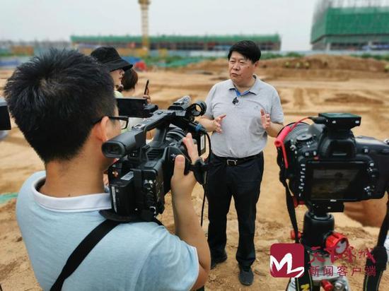 Li Ming, Viện trưởng Viện Nghiên cứu Khảo cổ Tế Nam tại hiện trường (Nguồn: Sina).