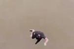 Clip: Nhảy xuống sông tắm vì tắc đường, người đàn ông nhận kết đắng