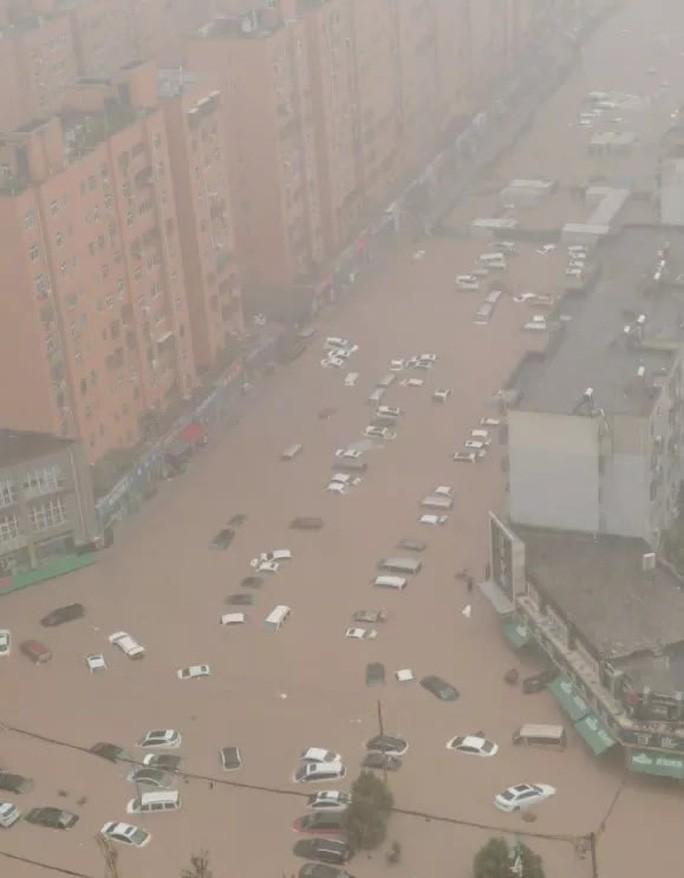 Trịnh Châu bất ngờ chứng kiến lượng mưa hơn 200 mm chỉ trong một giờ. Ảnh: Twitter