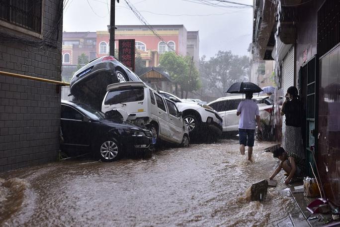 Nhiều xe hơi bị hư hại trong đợt lũ kinh hoàng ở Trịnh Châu. Ảnh: Twitter