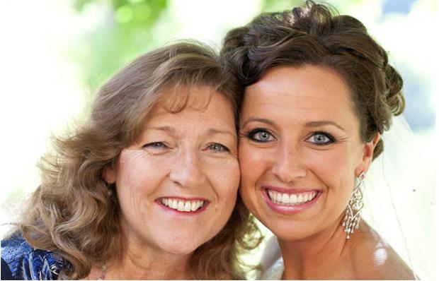 Beth và mẹ nuôi của cô.